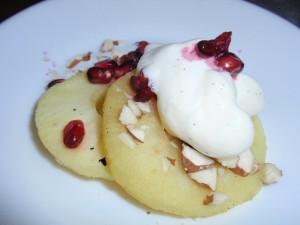 Æbleringe med vanillecreme